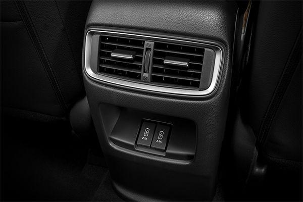 Cua-gio-dieu-hoa-hang-ghe-thu-2-ket-hop-cong-sac-pin-Honda-CRV-2020